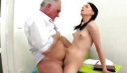 Grey haired mature guy is bringing lots of pleasure to this fantastic babe